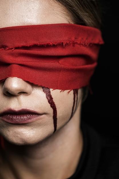 Close-up de mulher com venda Foto gratuita