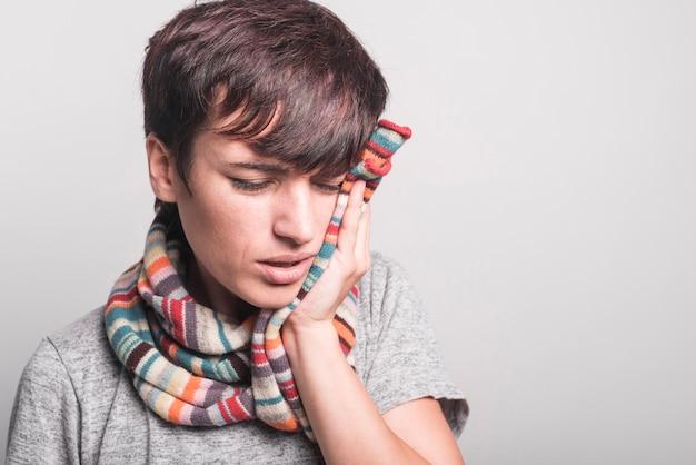 Close-up, de, mulher doente, tendo, toothache, contra, experiência cinza Foto gratuita
