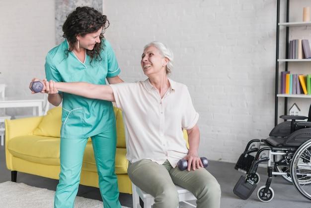 Close-up, de, mulher idosa, treinamento, com, femininas, fisioterapeuta Foto gratuita
