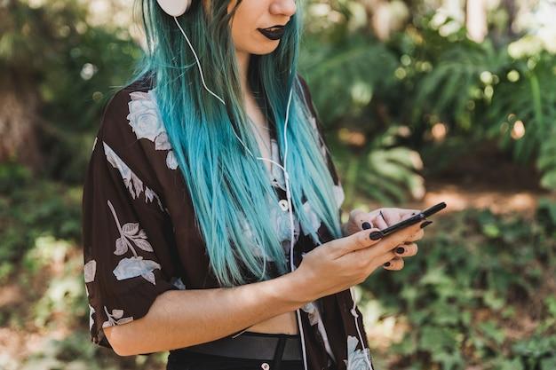 Close-up, de, mulher jovem, usando, telefone móvel Foto gratuita