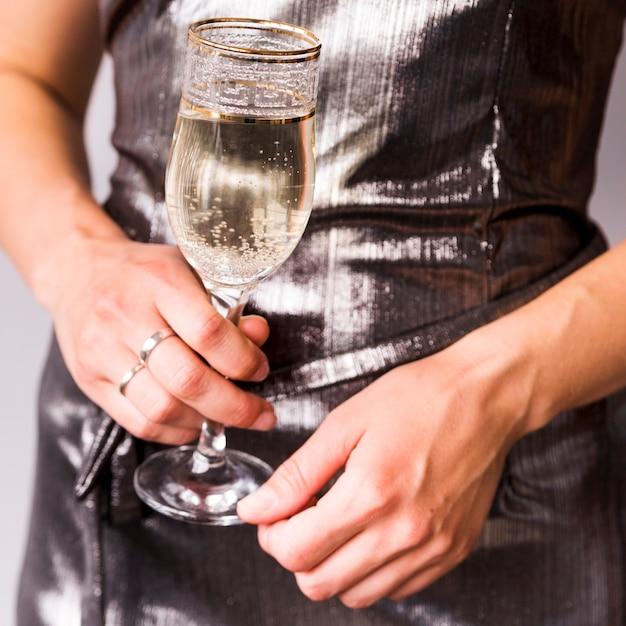 Close-up, de, mulher, mão segura, refrescar, champanhe, vidro Foto gratuita