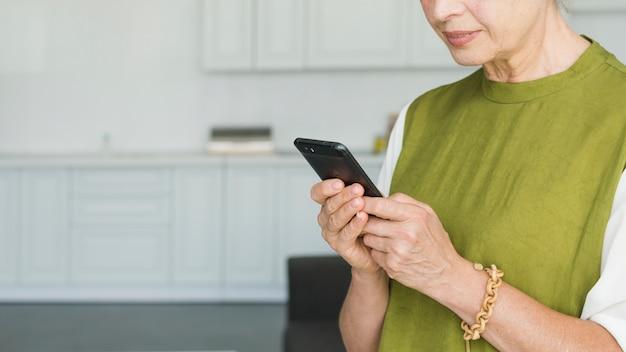 Close-up, de, mulher, mão, usando, smartphone Foto gratuita