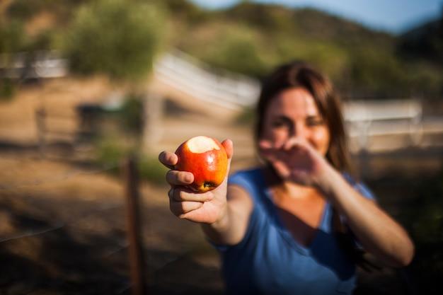 Close-up, de, mulher, mostrando, comido, maçã vermelha Foto gratuita