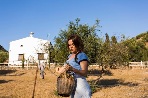 Close-up, de, mulher segura, cebolinha, em, a, cesta Foto gratuita
