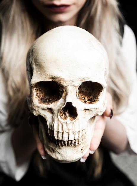 Close-up, de, mulher segura, crânio Foto gratuita