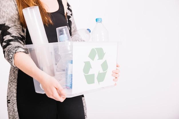 Close-up, de, mulher segura, crate, cheio, de, plástico, itens, para, reciclagem Foto gratuita