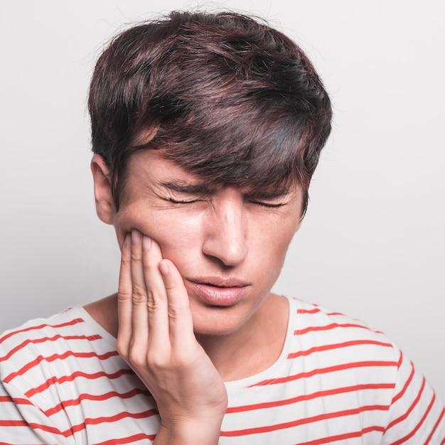 Close-up, de, mulher, tendo, toothache, contra, branca, fundo Foto gratuita