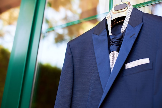 Close-up, de, noivo, novo, terno azul, e, laço, pendurar, um, cabide Foto Premium