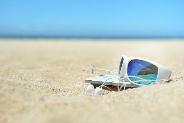 Close-up de óculos de sol e telefone na praia   Baixar fotos Premium e7726ae52e