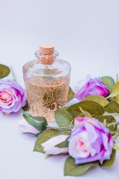 Close-up de óleo essencial e flores artificiais Foto gratuita