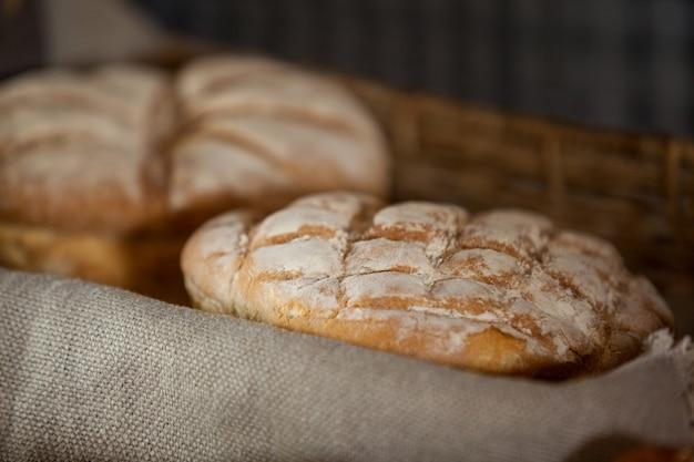 Close-up de pão na cesta Foto Premium