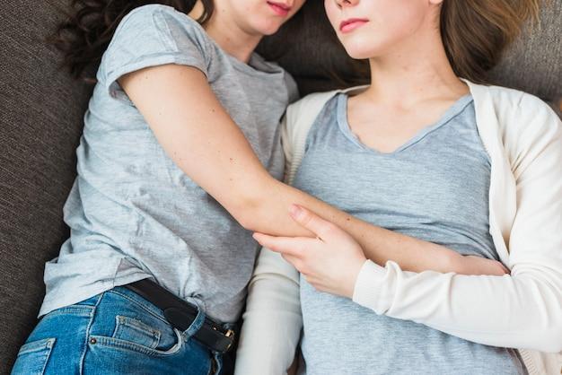 Close-up, de, par lésbica, mentindo, junto, ligado, sofá Foto gratuita