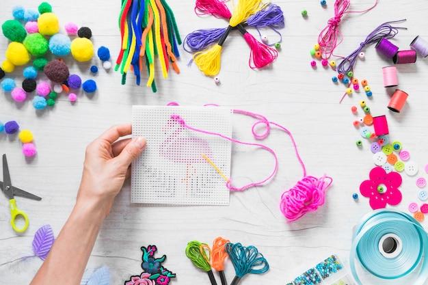 Close-up, de, passe segurar, cor-de-rosa, ponto bordado, com, coloridos, elementos Foto gratuita