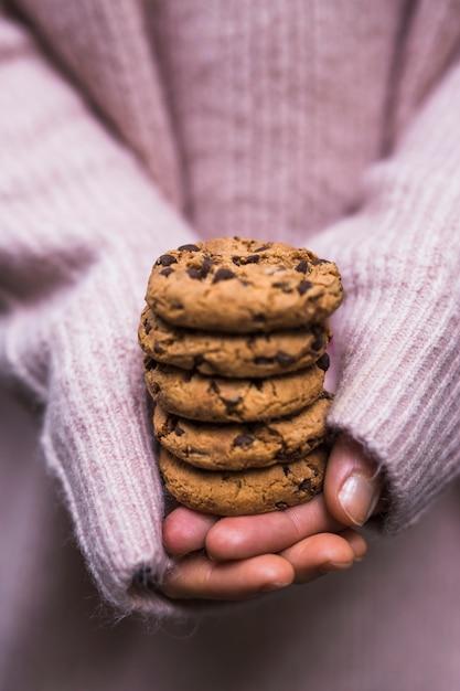 Close-up, de, passe segurar pilha, de, chocolate chips, biscoitos Foto gratuita