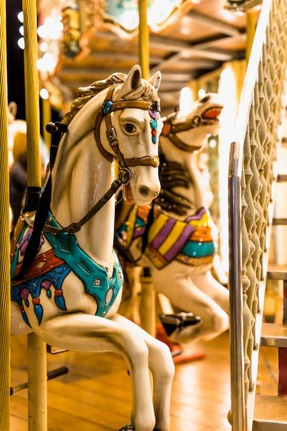Close-up, de, passeio cavalo, em, carrossel, em, parque divertimento Foto gratuita
