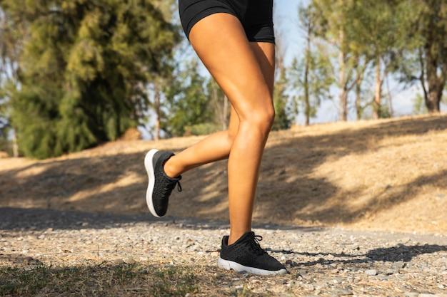 Close-up de pernas correndo ao ar livre Foto Premium