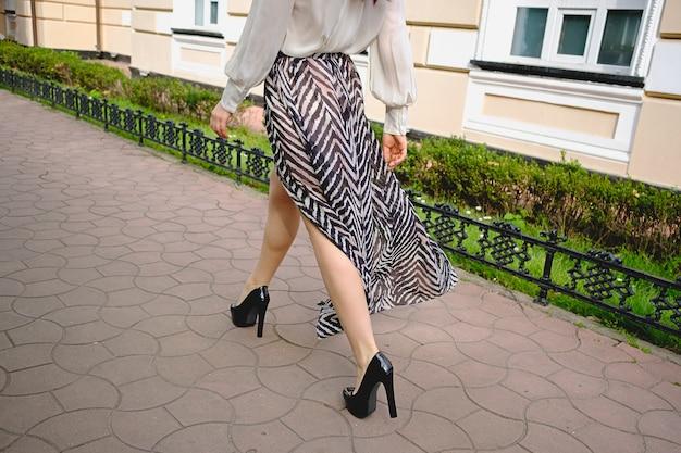 Close-up de pernas de mulher em roupas da moda de alta Foto gratuita