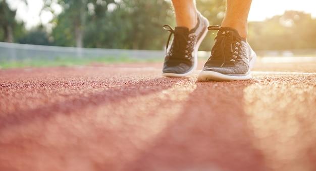 Close-up de pernas e tênis de homem de esporte Foto Premium