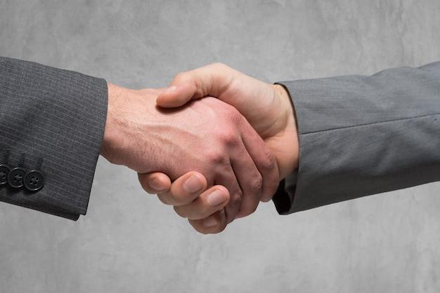 Close-up, de, pessoas negócio, apertando suas mãos Foto Premium