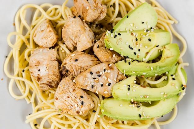 Close-up de prato com macarrão e abacate Foto gratuita
