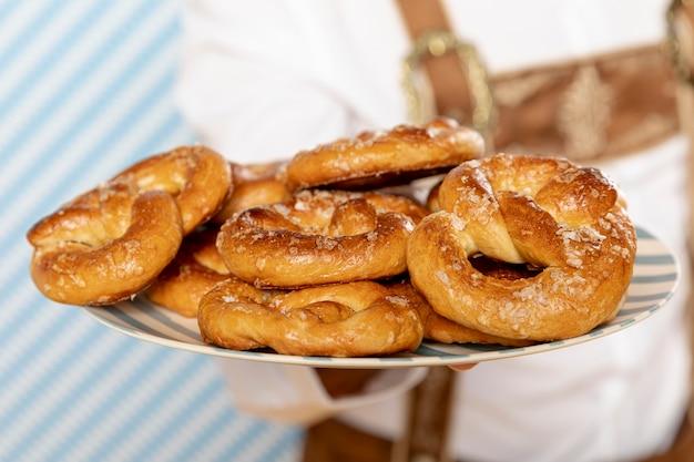 Close-up, de, prato, de, alemão, pretzels Foto gratuita