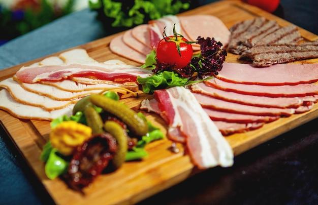 Close-up de prato de carne com presunto, salame, fatias de carne, linguiça Foto gratuita