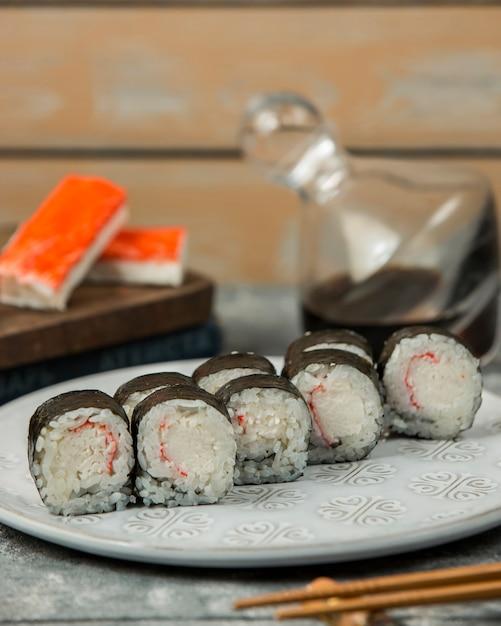Close-up de prato de rolo de sushi de vara de caranguejo kani maki Foto gratuita