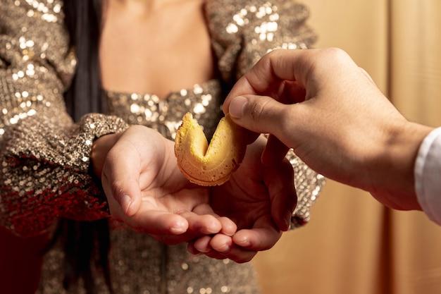 Close-up de presentear biscoito da sorte para o ano novo chinês Foto gratuita