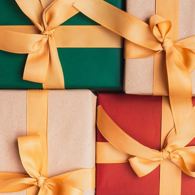 Close-up de presentes de natal com fita dourada Foto gratuita