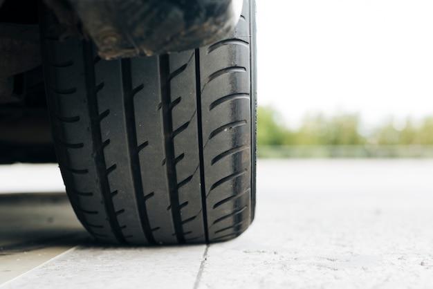 Close-up, de, pretas, pneu carro Foto gratuita