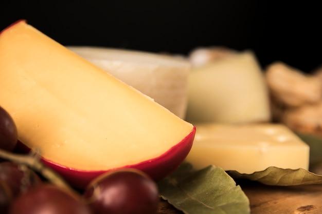 Close-up, de, queijo gouda Foto gratuita