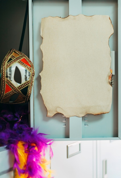 Close-up, de, queimado, em branco, papel, ligado, porta aberta, locker, com, carnaval, equipamentos Foto gratuita