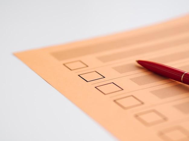 Close-up de questionário de votação de alto ângulo incompleto Foto gratuita