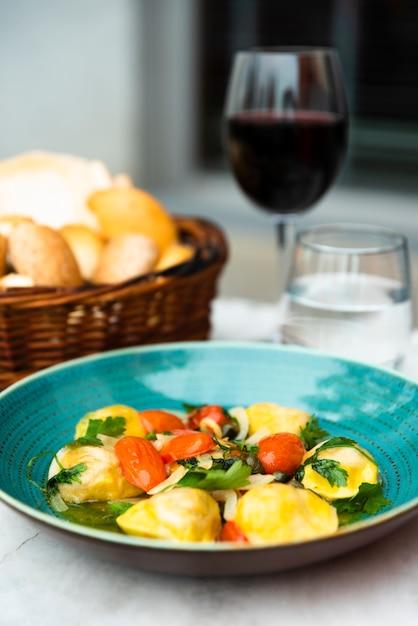 Close-up, de, ravioli, macarronada, em, prato cerâmico, sobre, tabela Foto gratuita