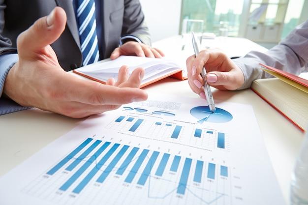 Close-up de relatório financeiro Foto gratuita