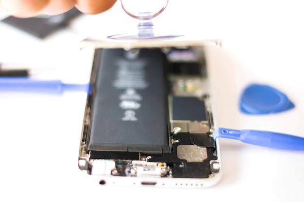 Close-up de reparação celular, dentro do telefone depois de aberto para reparar Foto Premium