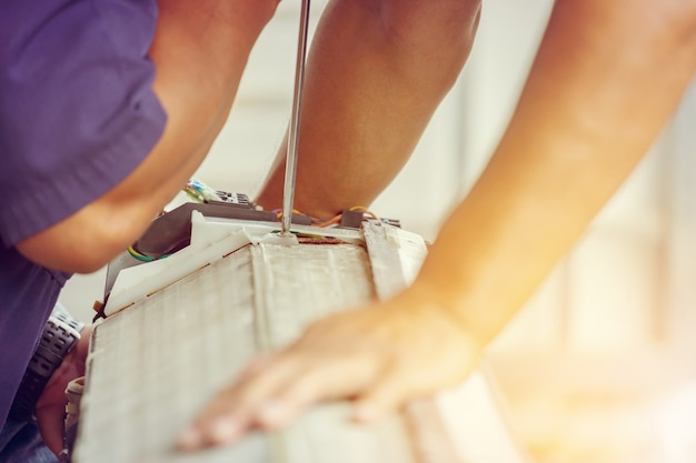 Close up de reparação de ar condicionado Foto Premium