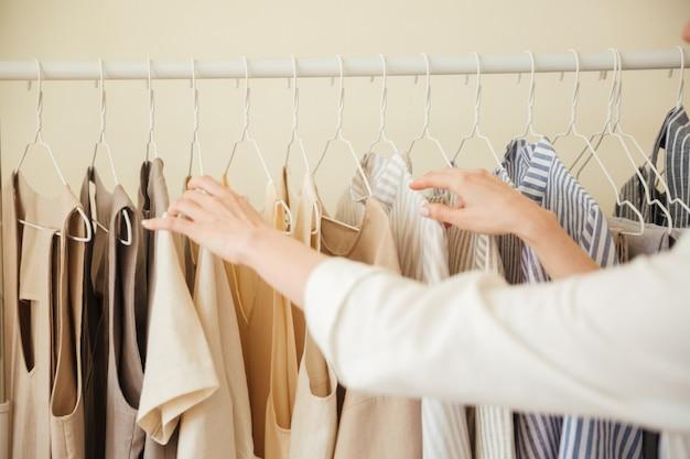 Close-up de roupas penduradas na prateleira Foto gratuita