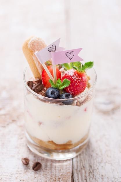 Close-up de saborosa sobremesa com amoras e morangos Foto gratuita