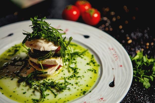 Close-up de salada de carpese em camadas com mussarela e tomate e rúcula Foto gratuita