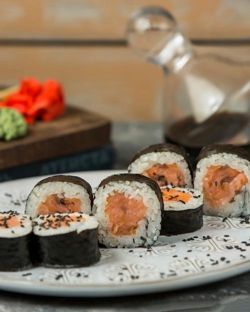Close-up de salmão maki rolos guarnecidos com gergelim Foto gratuita