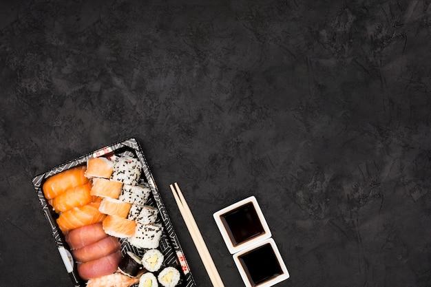Close-up, de, sashimi, sushi, ligado, prato, com, molho soja, sobre, pretas, superfície Foto gratuita