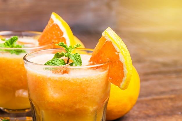 Close-up de sucos com fatias de laranja Foto gratuita