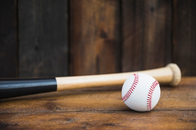 Close-up, de, taco beisebol, e, bola branca, ligado, tabela madeira Foto gratuita