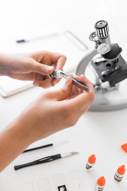 Close-up, de, técnico laboratório, fazendo, experiência, em, laboratório Foto gratuita
