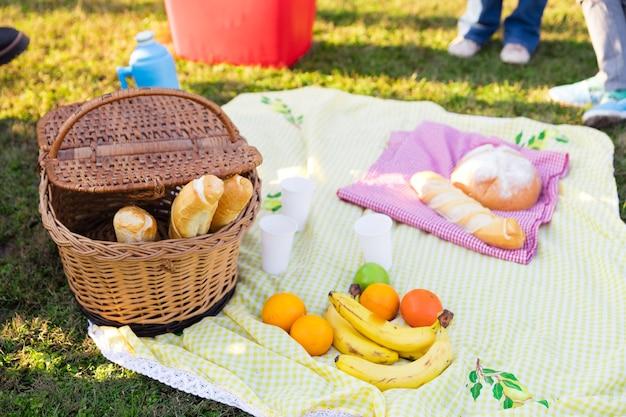 Close-up de toalha na grama com alimentos Foto gratuita
