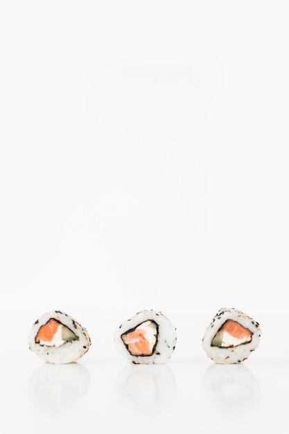 Close-up, de, três, sushi, contra, fundo branco Foto gratuita