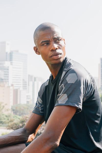 Close-up, de, um, africano, atleta, homem jovem, olhando Foto gratuita