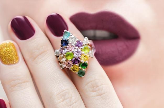Close up de um anel de prata elegante com pedras preciosas de cor. Foto Premium