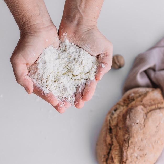 Close-up, de, um, baker's, passe segurar, farinha Foto gratuita